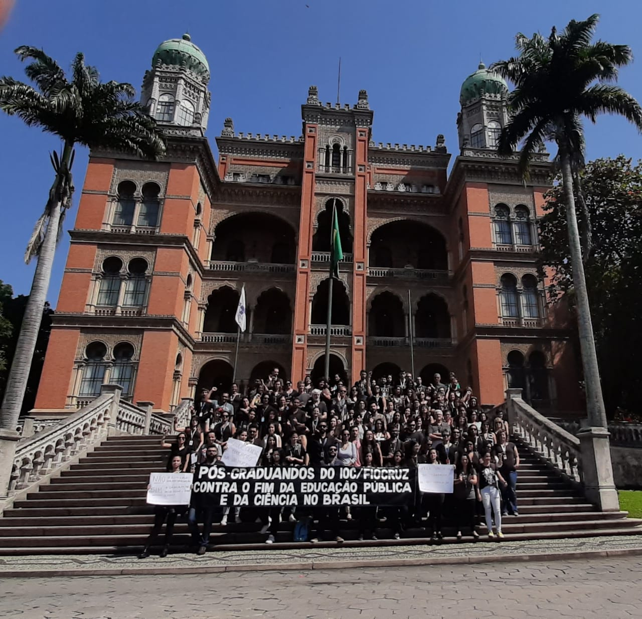 Estudantes da Fiocruz se mobilizam contra cortes na ciência. Fundação divulga nota em defesa da pesquisa