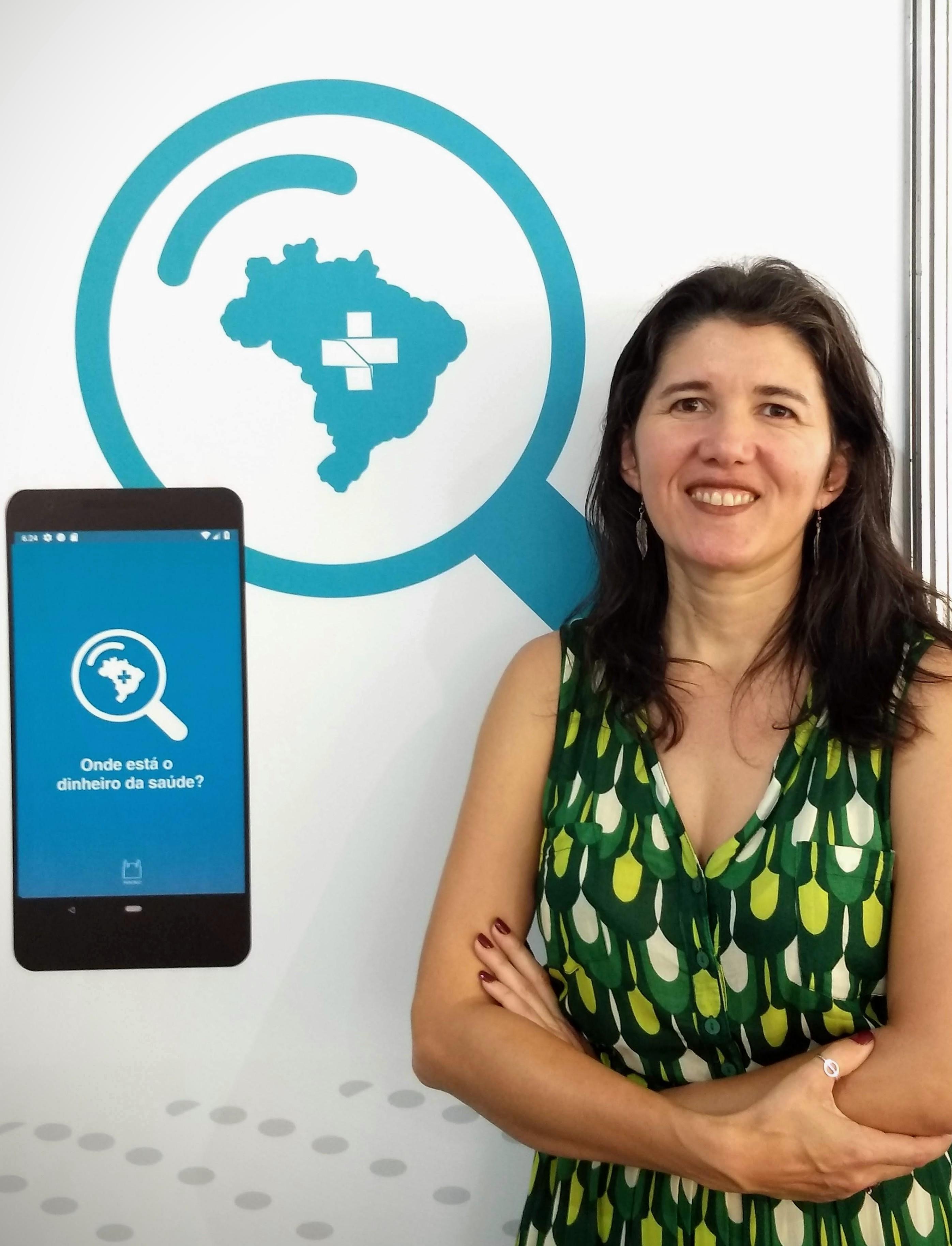 A pesquisadora Islândia Sousa apresenta o aplicativo 'Onde está o dinheiro da saúde?', recurso que permite aos cidadãos acompanhar o investimento dos governos na saúde pública